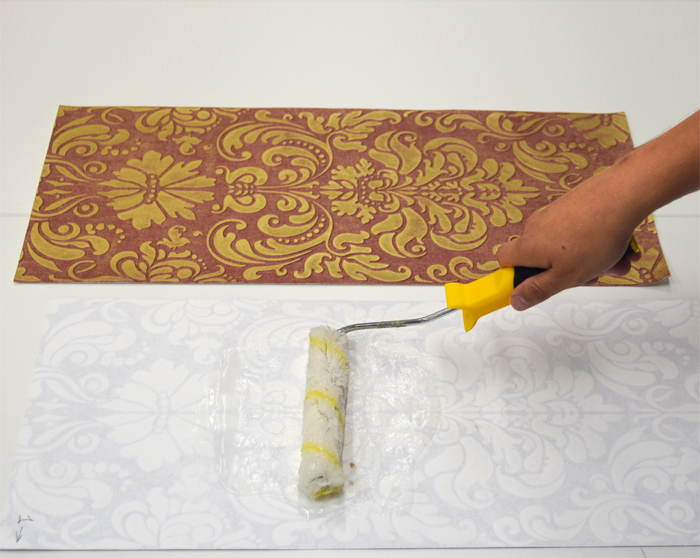 1.Prepare the glue for heavy non-woven wallpaper in accordance with the instructions. Apply the glue to the back of a panel and wait for 15-20 min.
